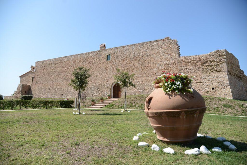 Albergo diffuso con ristorante e piscina sopra Foligno - Il Castello