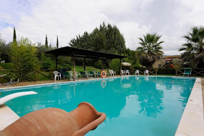 agriturismo con piscina e attività outdoor vicino perugia