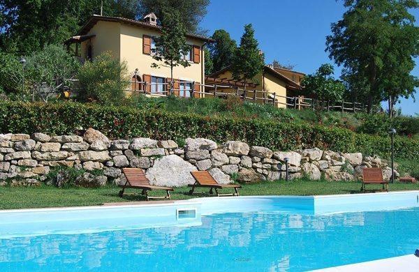 Appartamenti vacanze con piscina riscaldata - Antico casale di Montecchio