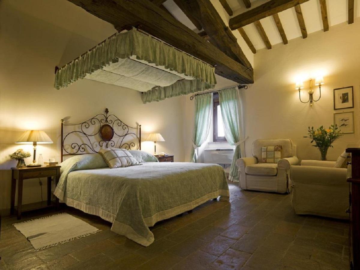 Suite con letto a baldacchino e vasca idro in country resort con spa vicino Perugia